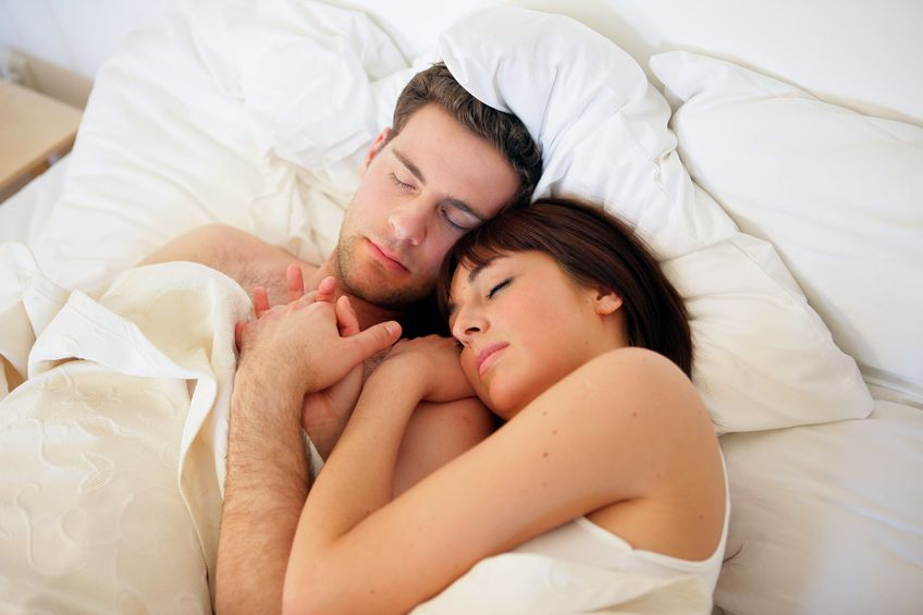 двое парней спят с одной девушкой - 1